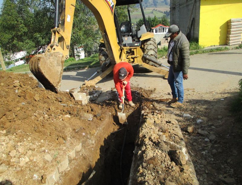 Construcción de drenaje sanitario en la calle Venustiano Carranza en Cabecera Municipal